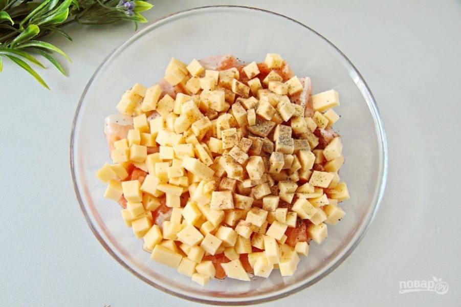 Добавьте нарезанный кубиками любой твердый сыр, который хорошо плавится при нагревании, соль, перец и мускатный орех по вкусу.