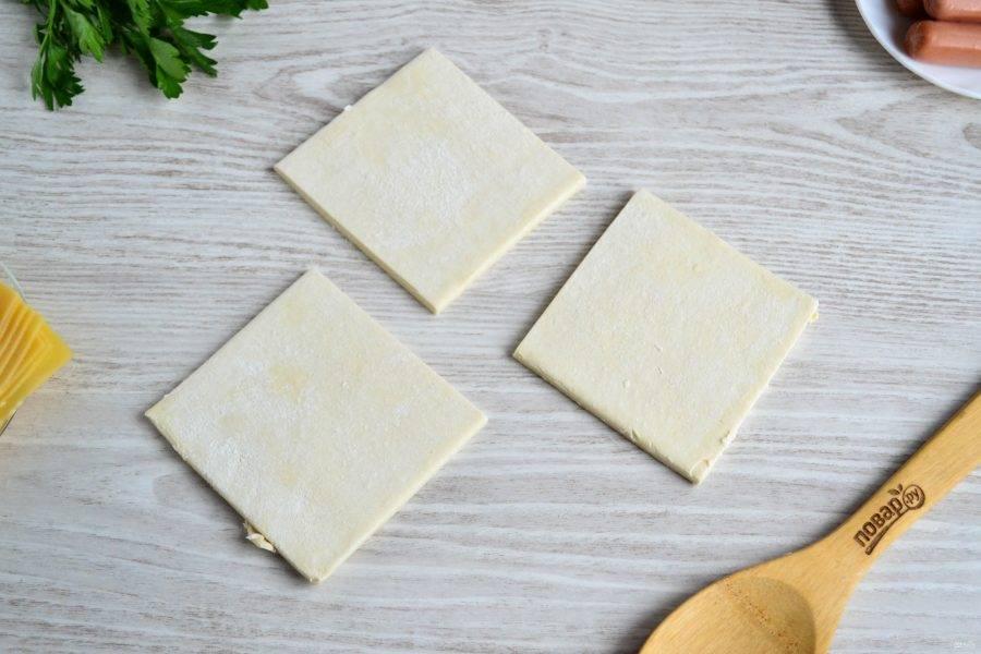 Тесто разрежьте на большие квадраты примерно 10х10 см.