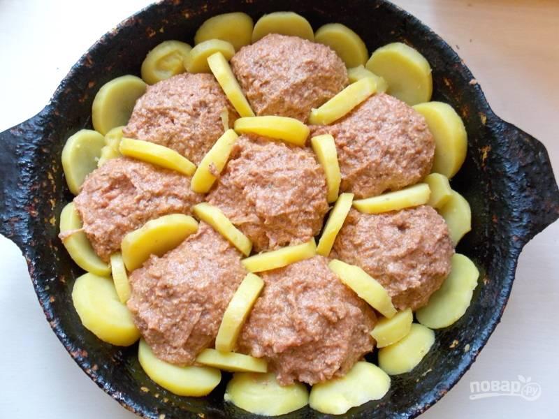 сформируйте из фарша фрикадельки и выложите на картофель. Между фрикадельками разместите оставшиеся кружки картофеля.