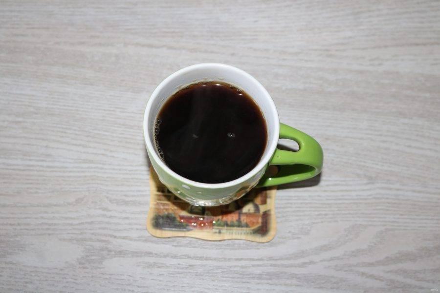 Заварите чёрный чай. Он должен быть очень крепким.