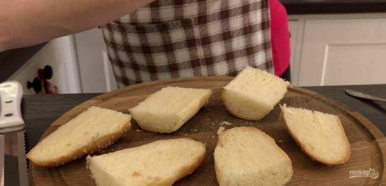 3. Второй вариант. Булочки разрежьте на три части, после чего каждую часть разрушьте пополам и слегка примните мякиш. Выложите булочку на противень, сбрызните оливковым маслом и отправьте в разогретую до 180 градусов духовку.