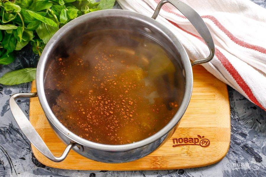 Влейте теплую воду, поместите емкость на плиту и доведите ее содержимое до кипения, варите на минимальном нагреве 5-6 минут, накрыв емкость крышкой. Выключите нагрев и всыпьте в чай молотую корицу, хотя можете использовать лишь специю в палочках - на ваше усмотрение.