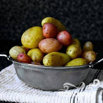 1. Поместить картофель в среднюю кастрюлю и залить водой на 2,5 см. Довести до кипения и варить около 15 минут, пока картофель не будет легко протыкаться ножом. Слить воду и дать картофелю остыть почти до комнатной температуры.