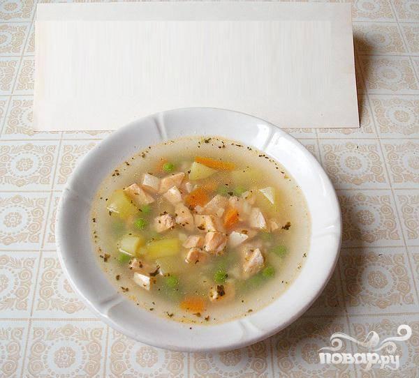 4.Минут через пять суп будет готов. Еще минут десять надо дать ему настояться, хотя можно подавать и сразу после выключения. Нужно обязательно добавлять к нему веточки петрушки. Так же неплохо добавить сметаны.