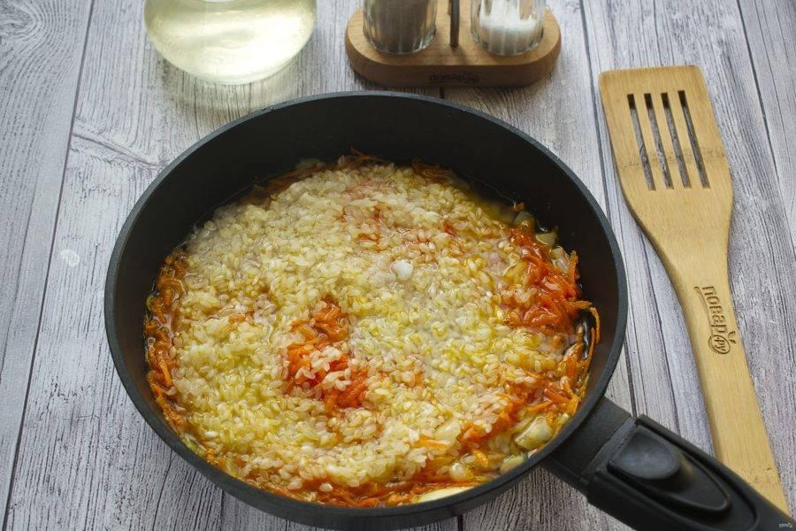 Рис промойте в холодной воде, дайте стечь. Добавьте промытый рис, соль, перец по вкусу, горячую воду (1 стакан). Доведите до кипения, накройте крышкой,  на медленном огне доведите рис до готовности.
