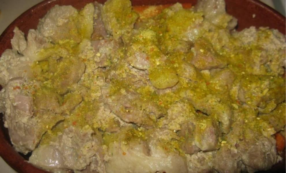 4. В утятницу выложите слоями картофель, морковь, а сверху проваренное мясо. Добавьте специи, перец, соль и лавровый лист.