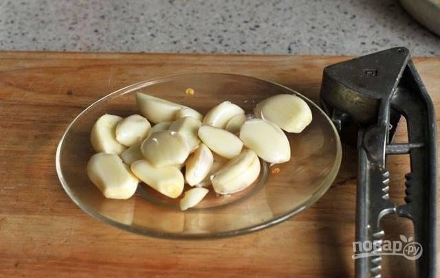 6.Очистите головку чеснока, каждый зубчик переложите в блюдце.