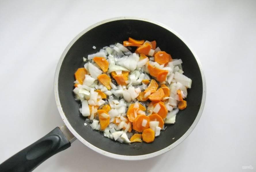 Налейте подсолнечное масло и тушите овощи на небольшом огне 7-8 минут, помешивая.