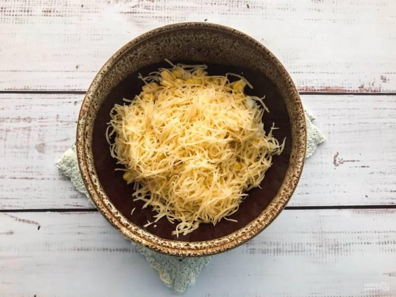 Сыр натрите на мелкой терке и добавьте в салат.