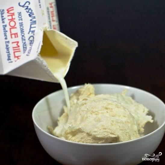 Кусочки подсушенного белого хлеба замачиваем в молоке.