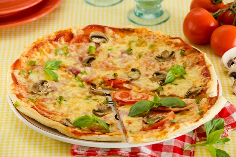 6. Вот и все! Начинку уже выбирайте сами, и в разогретой духовке уже через 5 минут ваша пицца будет готовой!