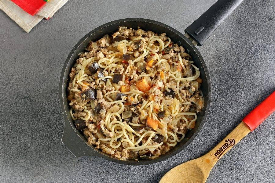 Переложите макароны в сковороду и хорошо все перемешайте. Прогрейте около минуты. Паста с фаршем и баклажанами готова.