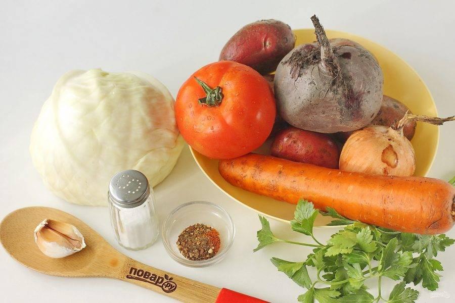 Подготовьте все ингредиенты. Свеклу предварительно необходимо отварить или запечь в духовке.