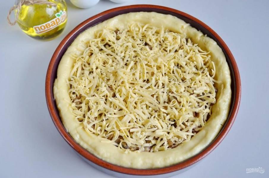 9. Сверху распределите тертый сыр. Отправьте пирог в горячую духовку (180 градусов) на 30-35 минут.
