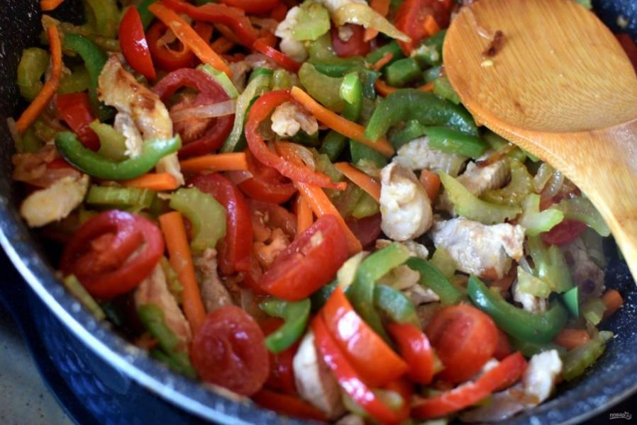 Посыпьте паприкой и перемешайте. Добавьте помидоры черри, нарезанные толстыми кружочками. Тушите пару минут.