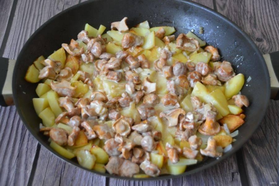 Выложите лисички к картошке и жарьте все вместе до полной готовности.