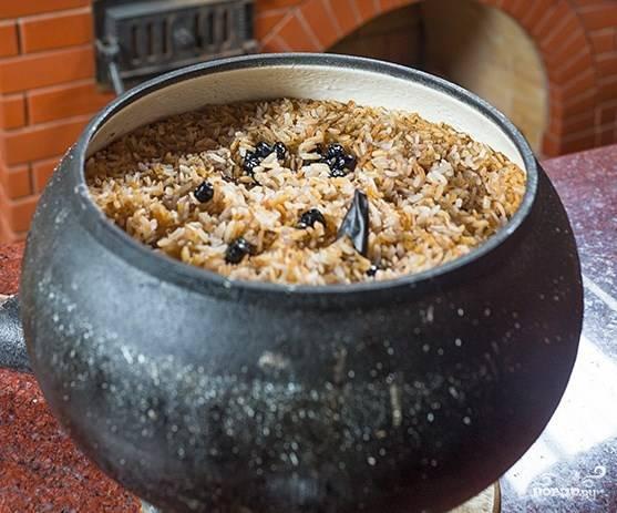 По вкусу можете еще добавить специй.  Готовый плов в чугунке в духовке подавайте с пылу с жару на большом блюде.
