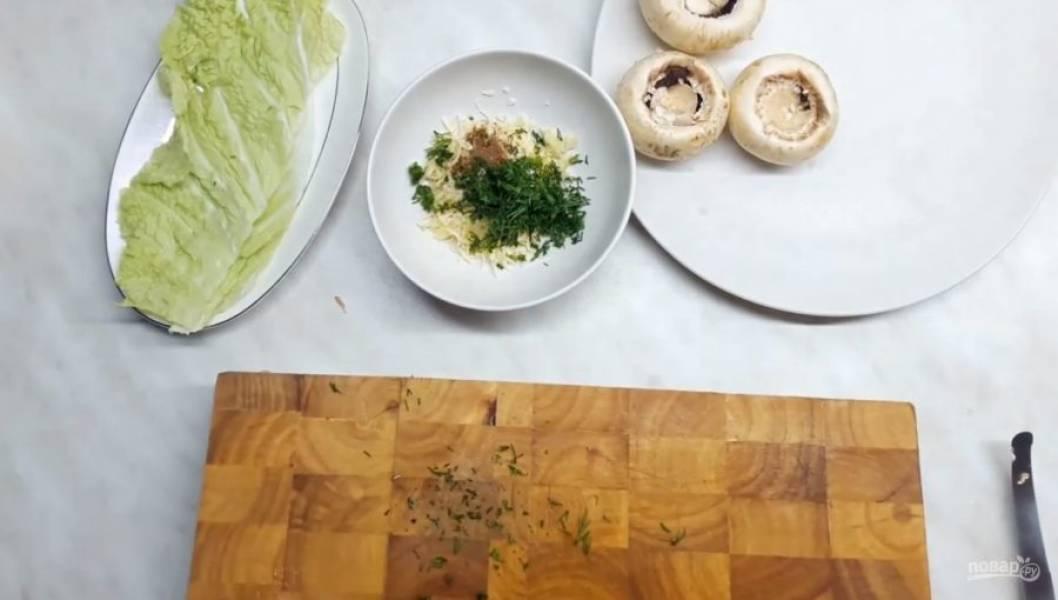 2. Далее натрите на мелкой терке сыр, чеснок, добавьте туда смесь перца и мускатный орех, посолите и добавьте мелко нарезанную зелень.