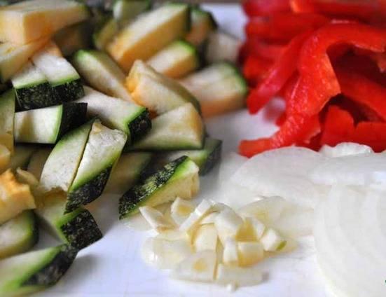 Порежьте остальные овощи – цуккини, болгарский перец, лук и чеснок.