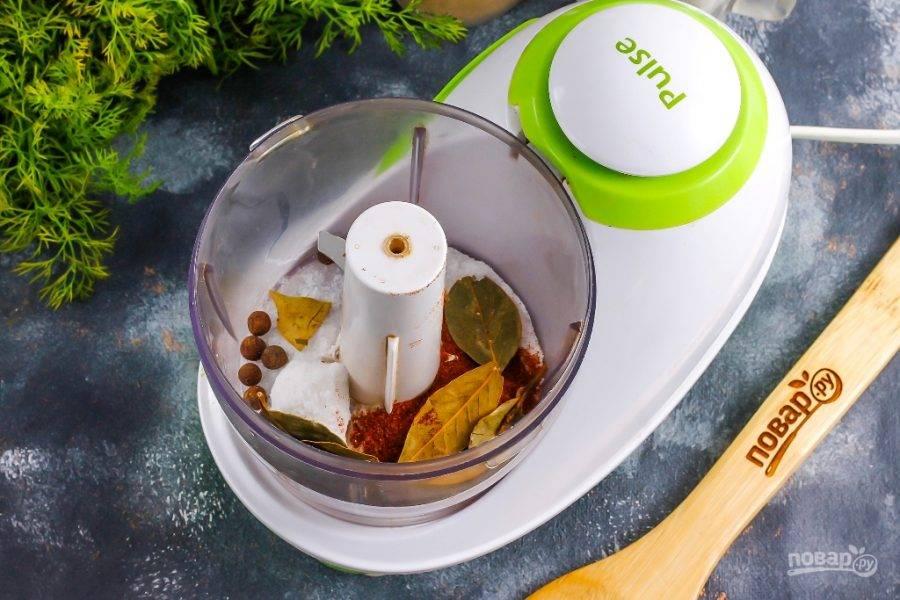Всыпьте в чашу измельчителя или кофемолки соль и все приготовленные специи, пряности.
