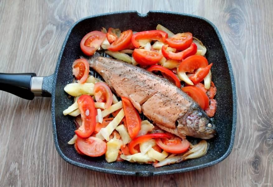 Переверните рыбу и тушите под крышкой еще 7 минут. Затем переложите в тарелку рыбу, разложите овощи, зелень и подавайте к столу.