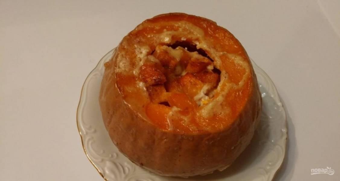 8.Переложите тыкву на тарелку, внутрь налейте образовавшийся сок и немного остудите ее, затем уже подавайте к столу.