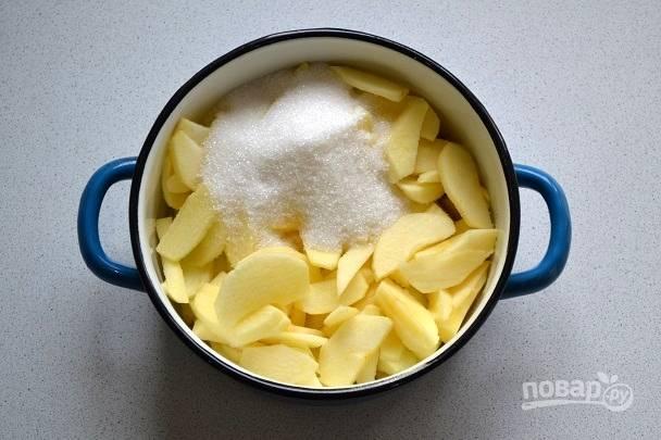 Приготовьте начинку. Яблоки очистите, нарежьте тонкими пластинками. Добавьте сахар и немного воды. Поставьте на огонь и проварите до мягкости, 5-6 минут.