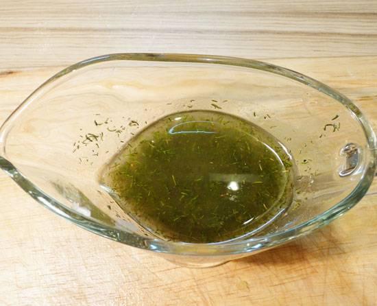 Шаг второй. Готовим соус-заправку. В оливковое или подсолнечное масло раздавим 3-4 зубчика чеснока, добавим черного перца, соли, укропа. Можно также выдавить 1\4 лимона, но это по вкусу. Хорошо перемешиваем и оставляем настаиваться.