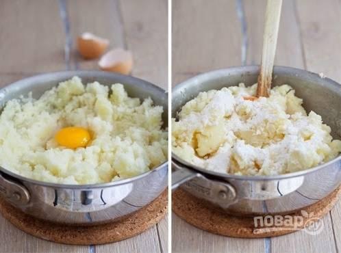 4. После того, как он немного остынет, вбейте к нему яйцо и добавьте немного муки. Тщательно перемешайте.