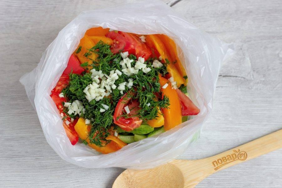 Укроп и чеснок порубите и отправляйте к овощам.