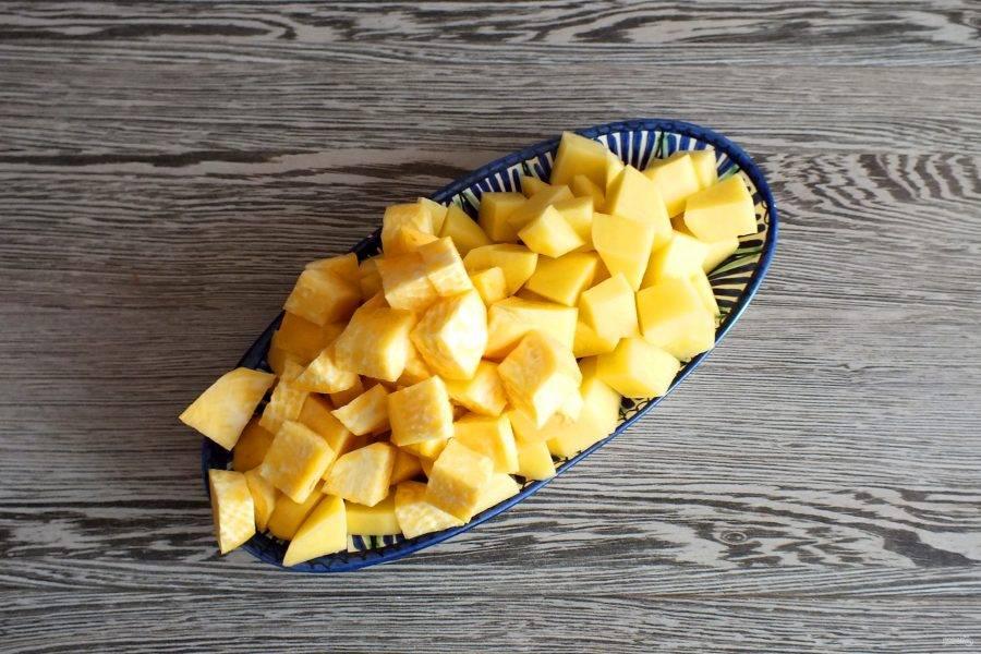 Картофель, репу нарежьте крупными кубиками.
