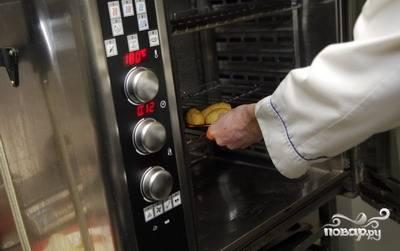 Затем зразы перекладываем в форму для выпекания и не на долго отправляем запекаться в духовку, разогретую до 180 градусов.