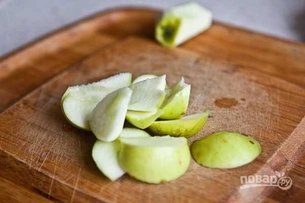 1. Нарежьте небольшими кусочками яблоки, удалив всё лишнее.