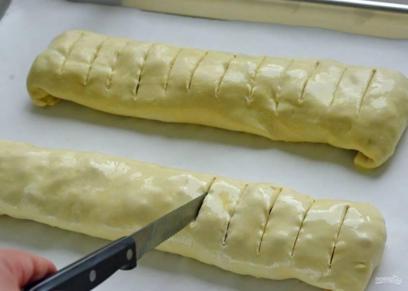 Сделайте ножом надрезы. Отправьте штрудель в духовку на 40-45 минут.