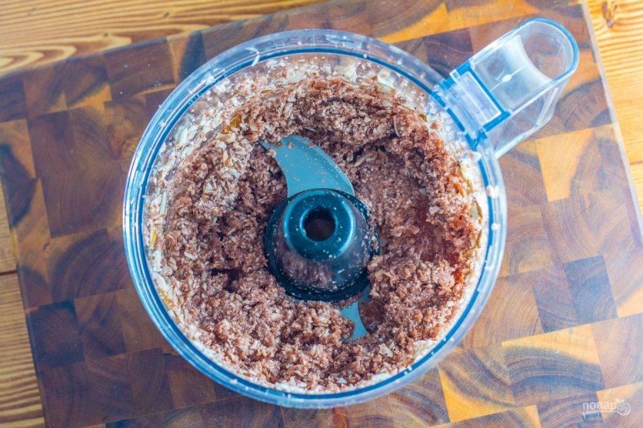 2.Измельчите грибы до образования пюре. Разогрейте сковороду со столовой ложкой оливкового масла, обжарьте грибное пюре в течение 10 минут.