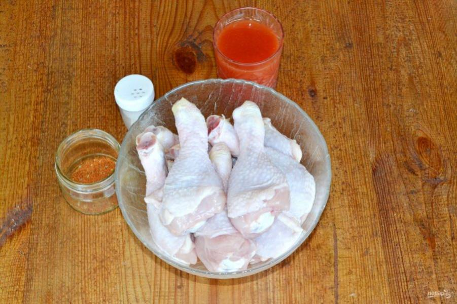 Я использую только соль и специи для курицы, вы можете добавить любые другие приправы или зелень по вкусу. Голени вымойте и обсушите.
