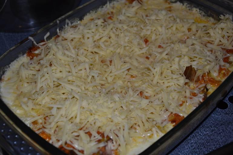 Через пол часа достаем форму, посыпаем рыбу тертым сыром и возвращаем ее в духовку еще на 10-15 минут, температуру при этом увеличиваем до 230 градусов.