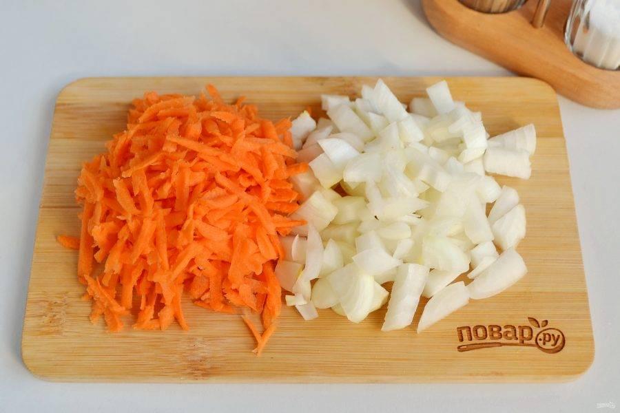 3. Лук порежьте мелко, морковь натрите на крупной терке.