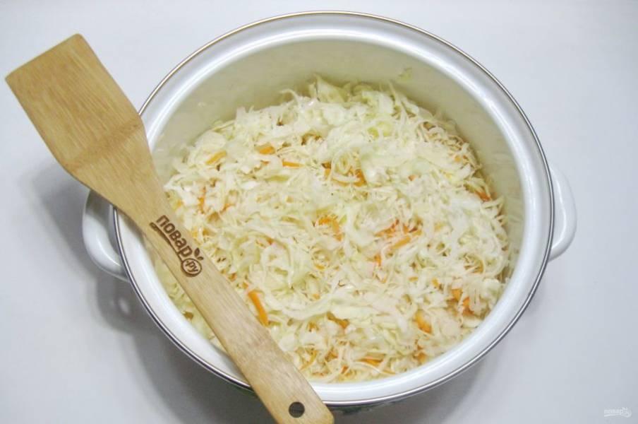 Перемешайте капусту и морковь с чесноком.
