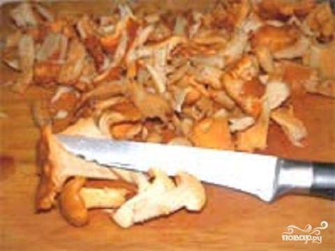 1.Промыть тщательно грибы в холодной воде. Очистить их от грязных частей. Если грибы у вас маленькие и одинаковые, оставьте их как есть. Если же грибы большие, разрежьте их на несколько частей.