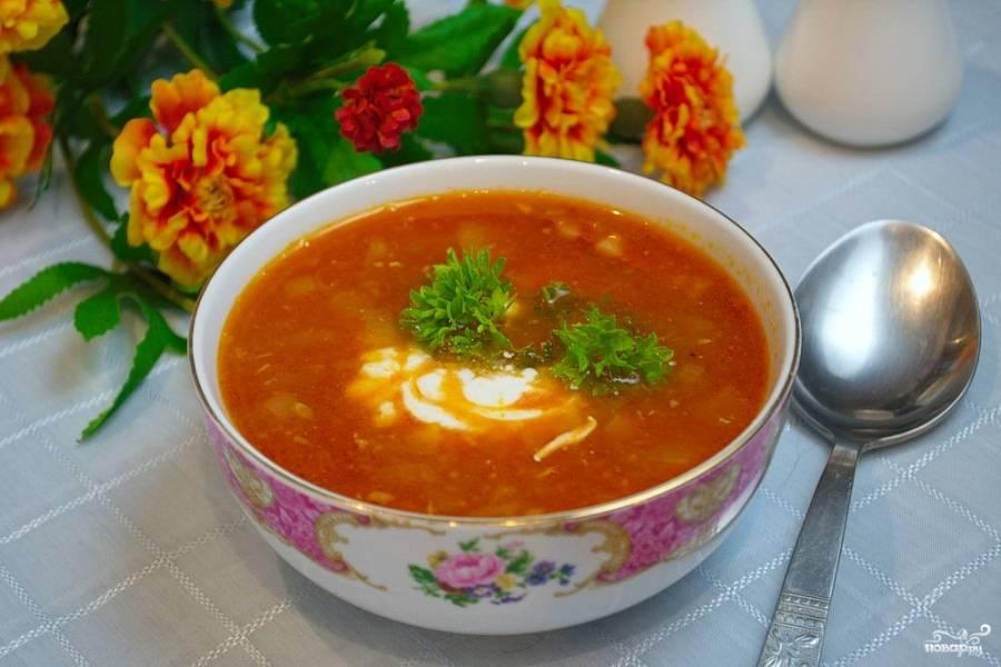 Солянку посолите, поперчите. При необходимости добавьте других специй по вкусу и немного сахара, чтобы погасить кислотность томата. Разлейте солянку по мискам и подайте к столу.