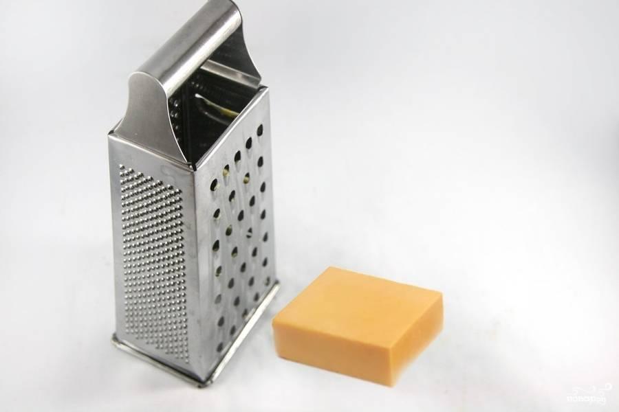 Сыр натрите на крупной тёрке или порежьте кубиками.