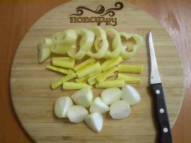 2. Лук режем на 4 части, морковь на брусочки, перец болгарский - широкими кольцами.