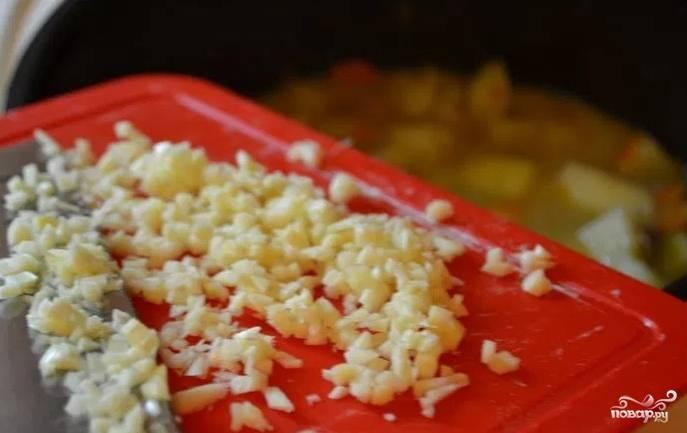 Мелко порубите ножом чеснок. Добавьте в рагу чеснок за 5 минут до готовности.