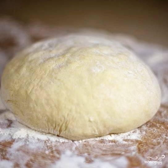 Когда тесто станет достаточно плотным, чтобы с ним можно было работать руками, переносим его на присыпанную мукой рабочую поверхность и основательно месим руками до полной готовности теста. Вот и все - дрожжевое тесто для пирожков готово к дальнейшему использованию!