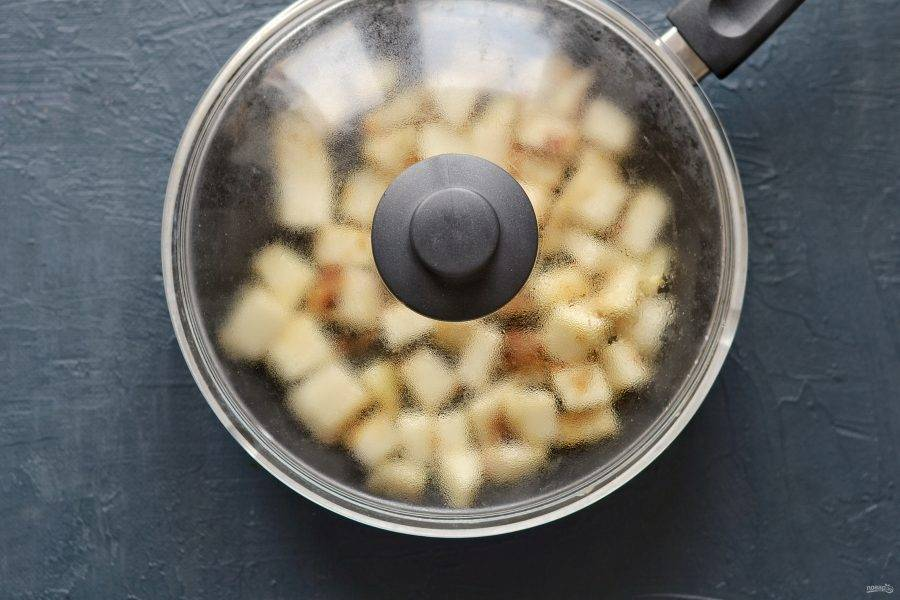 Накройте крышкой сковороду, тушите кольраби примерно 20 минут. Периодически помешивайте.
