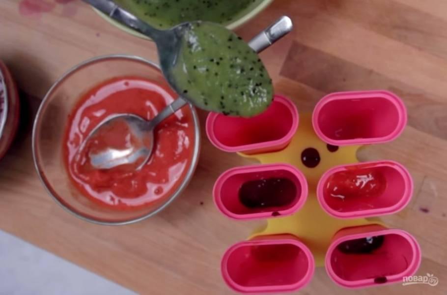 4. В формочки для мороженного поместите слоями фруктовые и ягодные пюре и отправьте в морозилку на 6-12 часов. Перед подачей опустите формы на несколько секунд в горячую воду. Приятного аппетита!