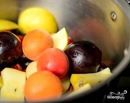 2. Вымойте яблоки и нарежьте. Абрикосы и сливы придадут компоту особый аромат. Их можно выложить целиком. Или же можно порезать их на половинки и достать косточки.