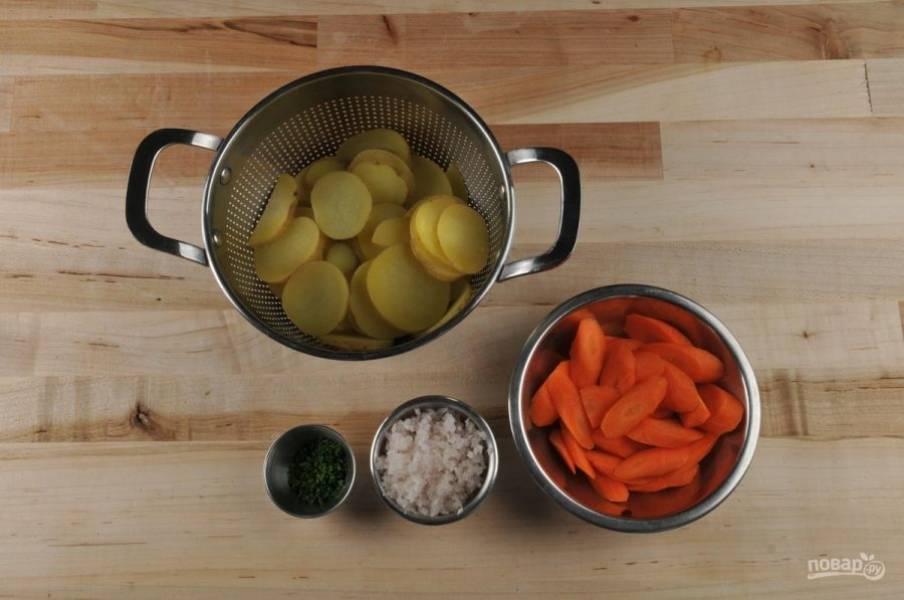 1. Для начала очистите, помойте и нарежьте кружками картофель. Отварите его в кипящей подсоленной воде в течение 9 минут. Затем воду слейте. В это же время мелко нашинкуйте оба вида лука. Морковь нарежьте по диагонали.