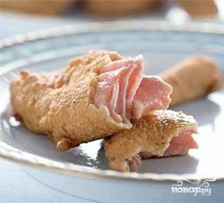 Выкладываем рыбу на бумажное полотенце, чтобы убрать излишки жира и перекладываем в порционную тарелку. Готово!
